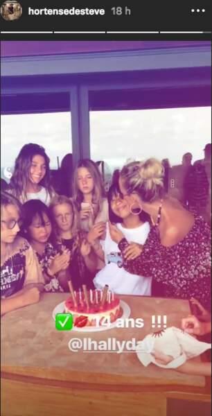 Laeticia Hallyday embrasse tendrement sa fille Jade pour son anniversaire.