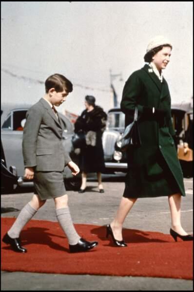 La reine Elizabeth II d'Angleterre avec son fils le prince Charles en 1960