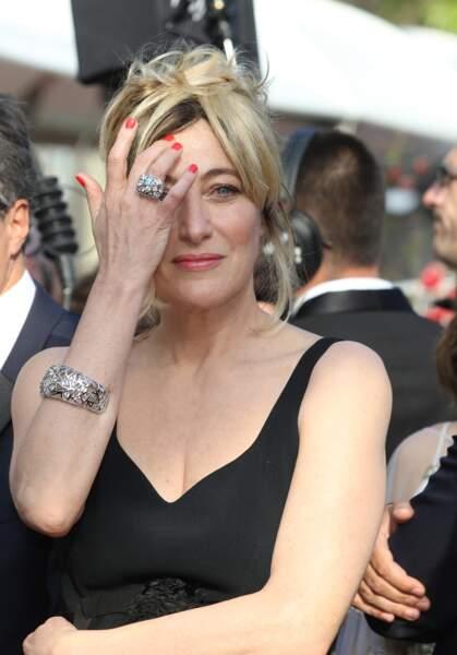 Valeria Bruni Tedeschi se passe la main dans les cheveux à Cannes le 25 mai 2019
