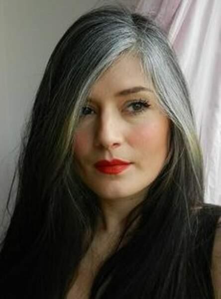 Les cheveux gris précoces et assumés
