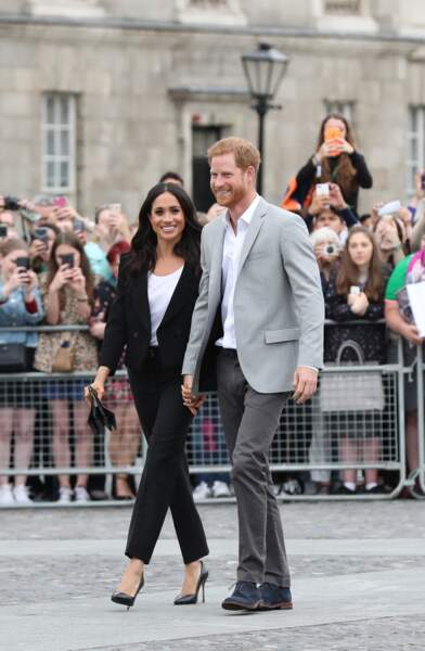 Harry et Meghan saluent la foule lors de leur visite au collège de la trinité à Dublin le 11 juillet 2018