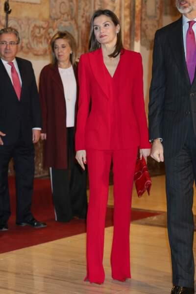 La reine Letizia d'Espagne, habillée en rouge vif le 22 mars 2018