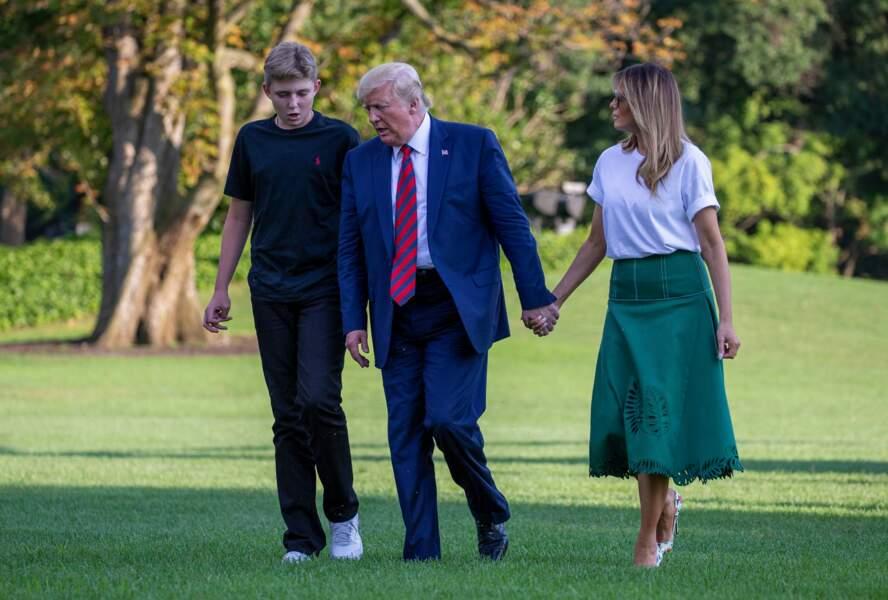 Melania Trump, élégante, laisse les ouvertures de sa jupe révéler subtilement ses jambes longilignes