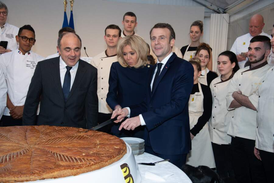Pendant que le président discute, Brigitte Macron s'affaire