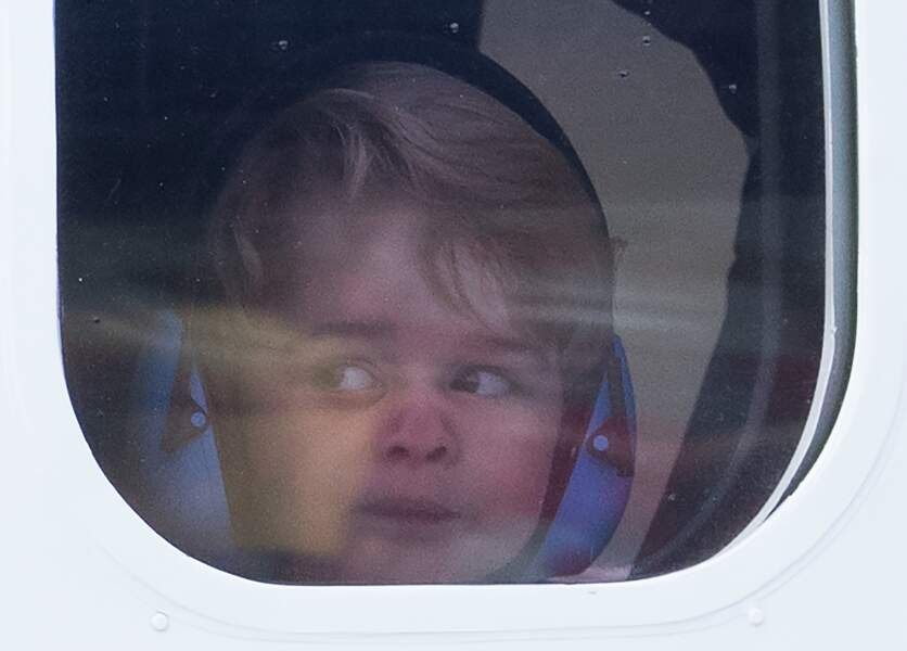 Le nez écrasé sur la vitre de l'avion, George de Cambridge attend avec impatience le décollage