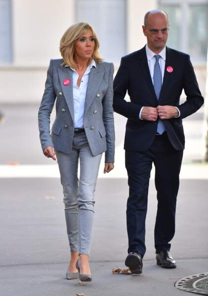 Brigitte Macron : blazer à épaulettes, jean slim gris, escarpins, un look toujours trendy