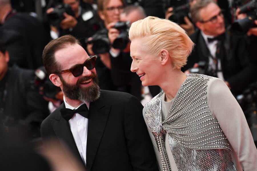 Tilda Swinton, fidèle à sa coupe rock blond platine, lors de la montée des marches de Cannes le 14 mai 2019