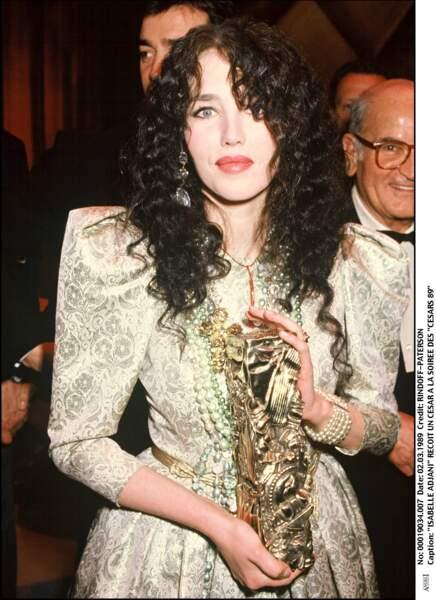 """Isabelle Adjani dans une robe en jacquard baroque Yves Saint Laurent, meilleure actrice 1989 pour """"Camille Claudel"""""""