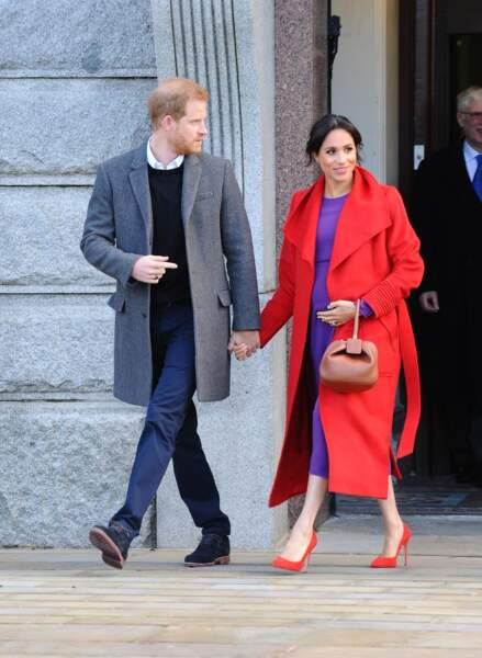 Meghan Markle (enceinte), en rouge et violet comme Lady Di en visite à Birkenhead le 14 janvier 2019.