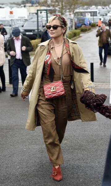 """Lily Allen combine foulard posé autour du cou et noué en """"serre tête"""" dans les cheveux."""