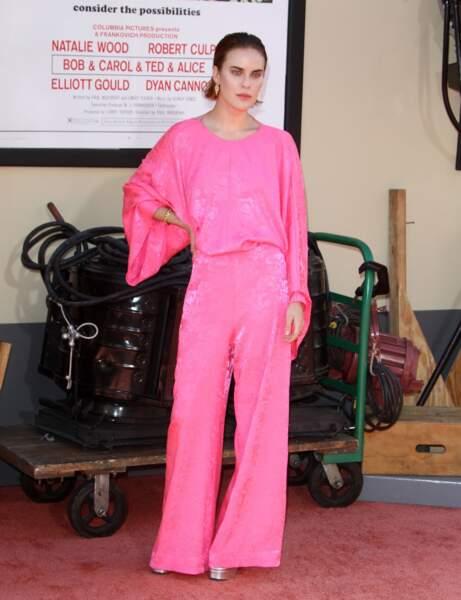 Tallulah Willis très chic en un élégant ensemble rose strassé, cheveux wet et grosses boucles d'oreille