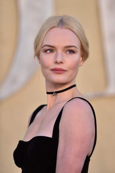 Kate Bosworth accessoirise son cou d'un choker fin en velours noir