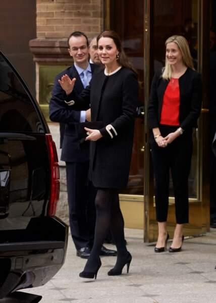 Kate Middleton, enceinte de 4 mois dans un manteau boutonné, à New York, le 8 décembre 2014.