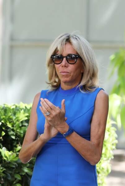 Brigitte Macron assortit toujours le bracelet de sa montre à la couleur de sa robe