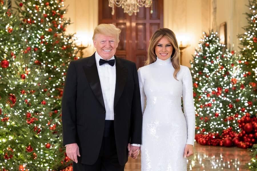 Donald Trump et Melania, à la Maison Blanche pour la carte de voeux de la présidence, le 15 décembre 2018. Melania arbore alors une robe blanche, scintillante, et près du corps. Un style qu'elle adore.