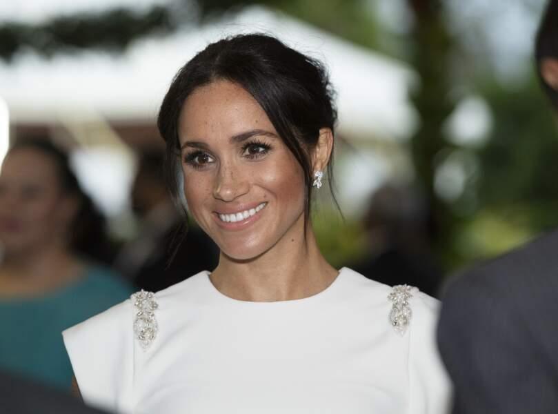 Meghan Markle, enceinte en robe blanche, aux îles Tonga