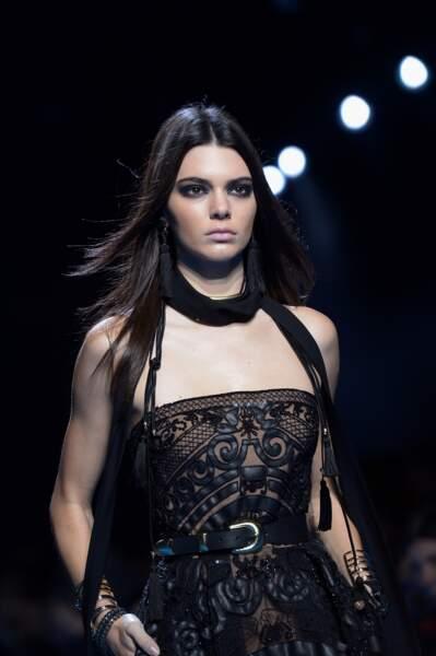 Kendall Jenner et son smoky charbon chez Elie Saab