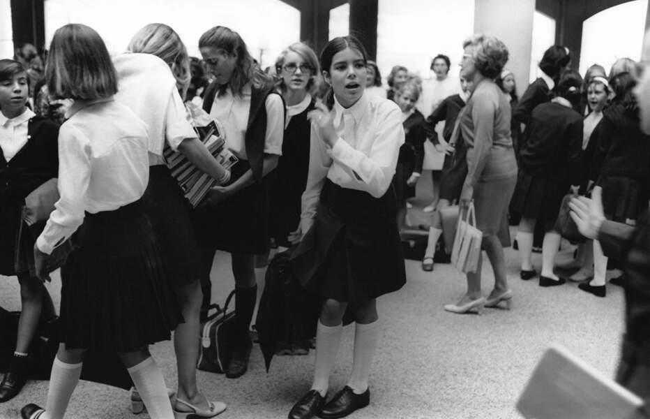Caroline de Monaco, jeune et jolie écolière, photographiée avec ses camarades de classe à la fin des années 1960