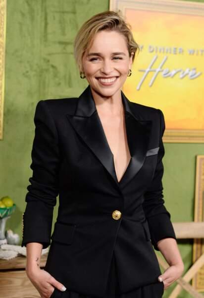 Une coupe courte asymétrique comme Emilia Clarke