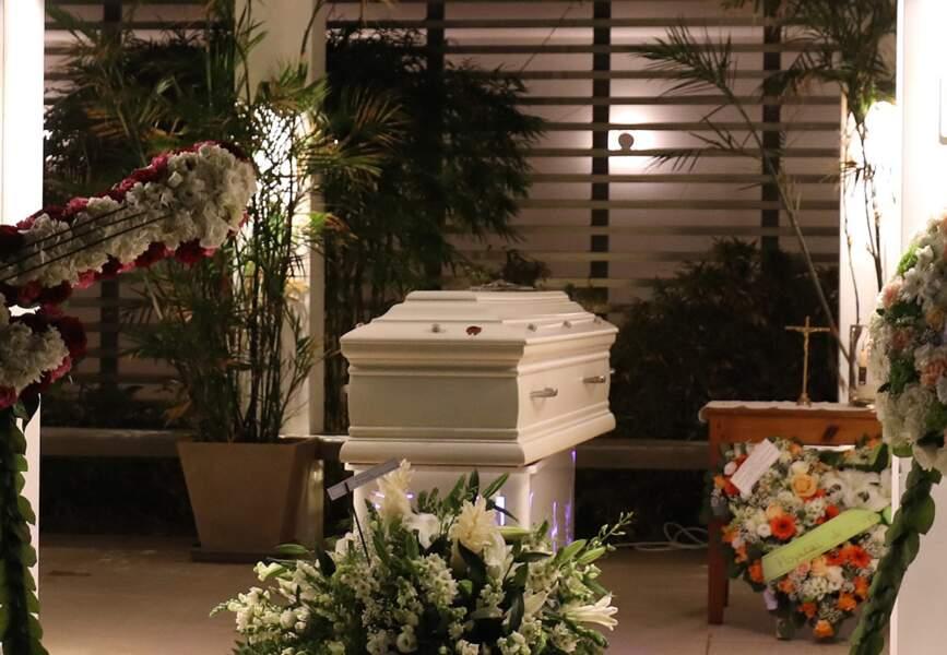 Johnny reposera dans le cimetière marin de Lorient qui borde la baie du même nom, prisée des surfeurs.