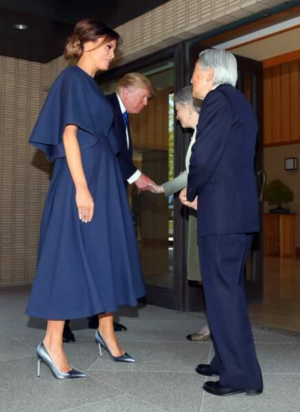 Melania Trump a choisi une robe bleu navy Dior pour une audience avec l'Empereur Akihito et l'Impératrice Michiko