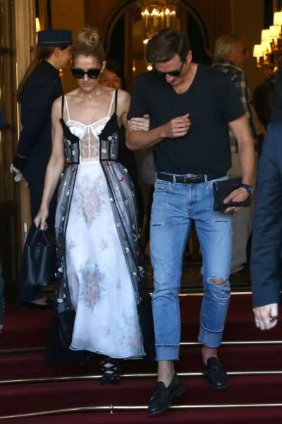 Céline Dion était vêtue d'une longue robe à corset noire et blanche