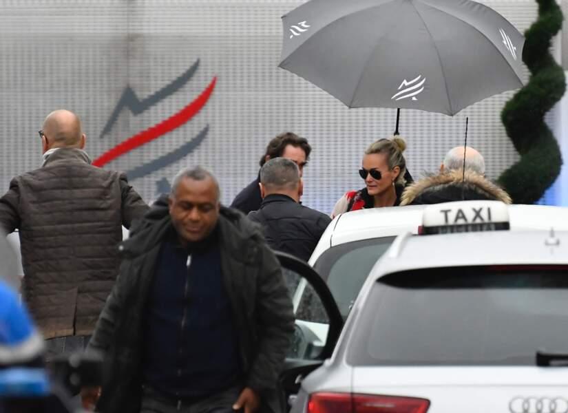 Laeticia Hallyday et ses filles arrivent au Bourget pour accompagner la dépouille de Johnny à St Barth