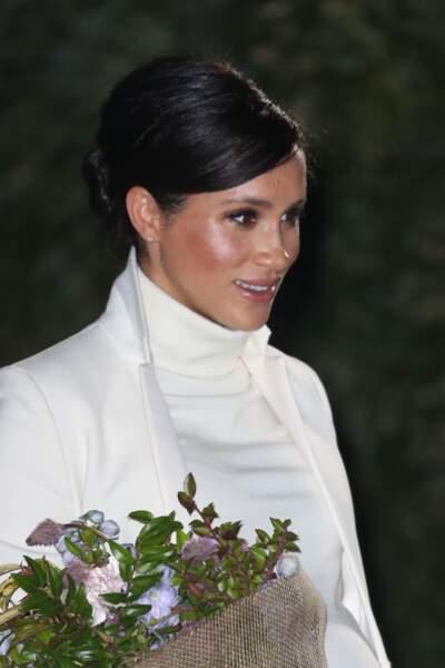 Meghan Markle a opté pour un très joli chignon plaqué et un maquillage sophistiqué