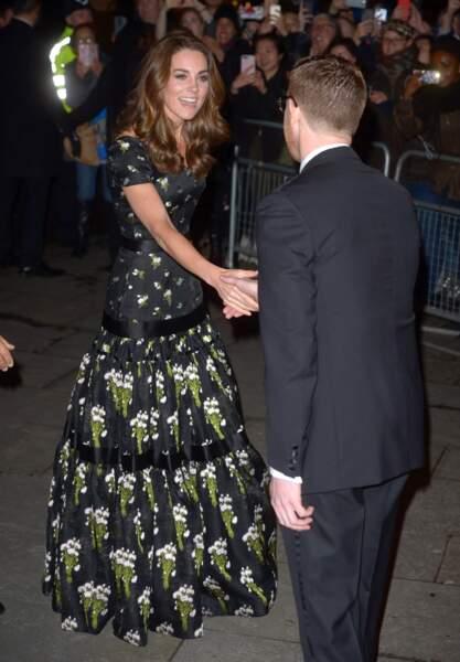 Sous la robe Alexander McQueen de Kate Middleton, des escarpins Cosmic en daim noir, signés Jimmy Choo