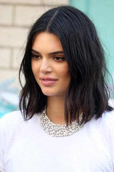 Kendall Jenner mise de temps en temps sur le wavy pour son carré parfait