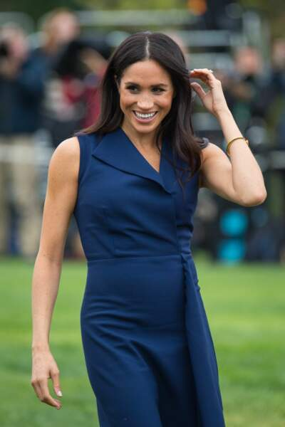 Meghan Markle, dans une robe moulante bleu navy, à Melbourne, en Australie, le 18 octobre 2018.