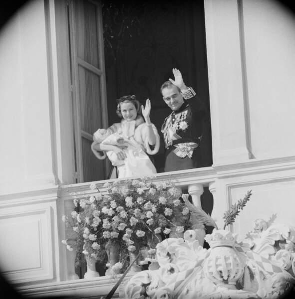 La princesse Grace et le prince Rainier au balcon du palais princier pour le baptême de Caroline, en 1957