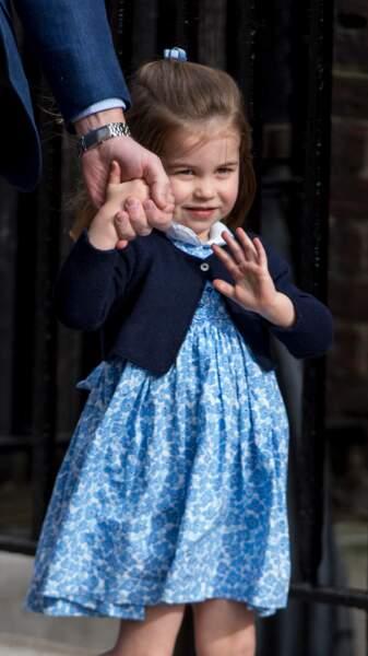 Le petit cardigan sur une robe : parfait pour la petite princesse Charlotte pour la rentrée