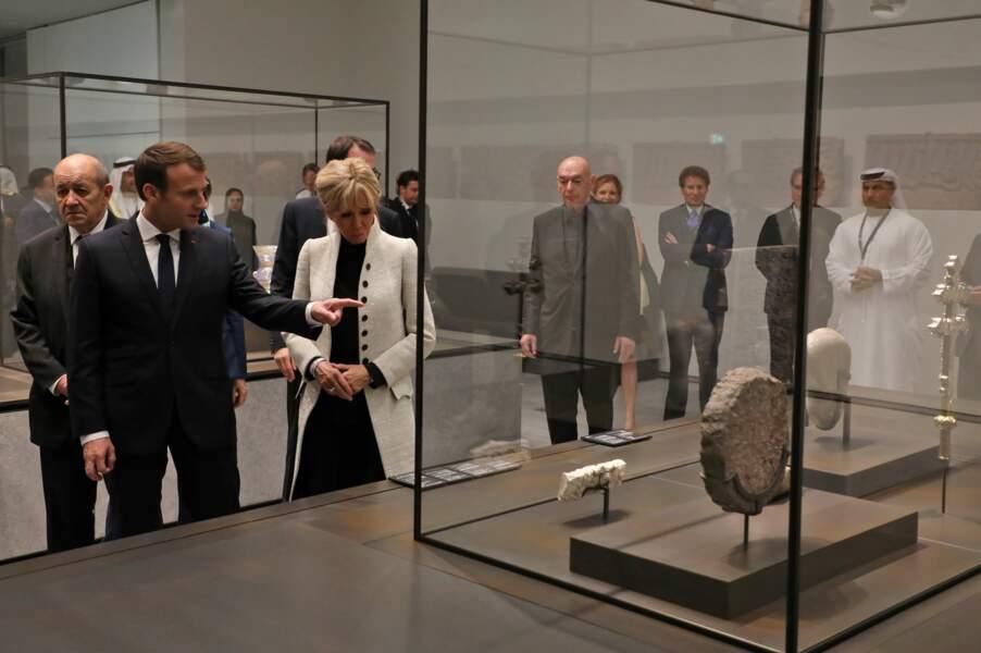 Brigitte Macron avait opté pour une veste beige très chic et couvrante