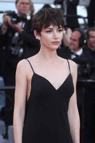 La charmante Ursula Corbero dans une très seyante robe noire et légère au festival de Cannes 2018.