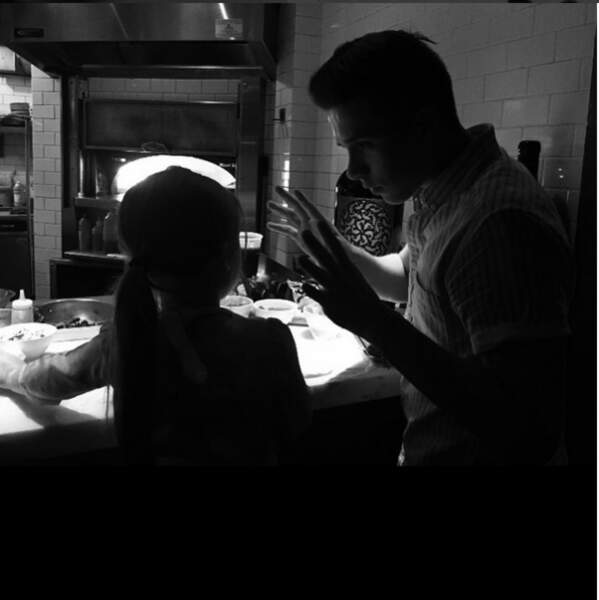 Leçon de cuisine pour Harper Beckham : son grand-frère Brooklyn lui apprend à faire des pizzas