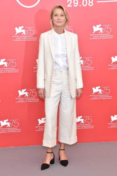 Trine Dyrholm en total-look blanc à la Mostra de Venise
