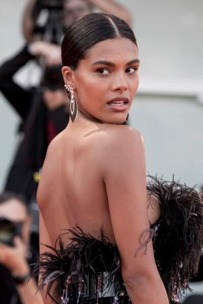 Tina Kunakey magnifique en robe Armani et bijoux Messika lors de la Mostra de Venise