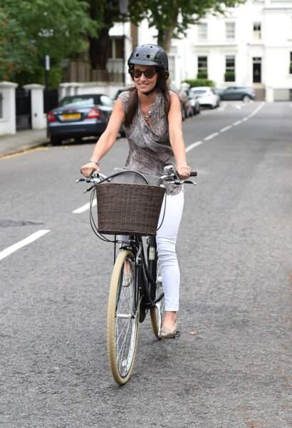 Pippa Middleton fait une promenade à vélo à Londres, le 26 juillet 2016