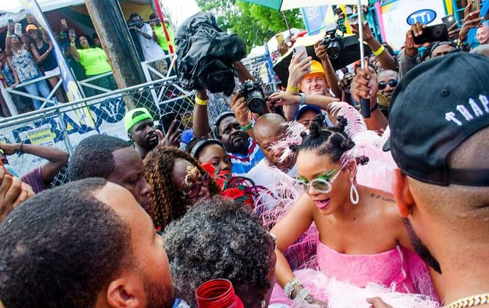 Rihanna, flamboyante au milieu de la foule