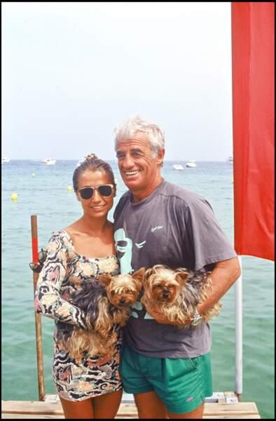 Jean-Paul Belmondo, sa deuxième épouse Natty, et leurs chiens, à Saint-Tropez