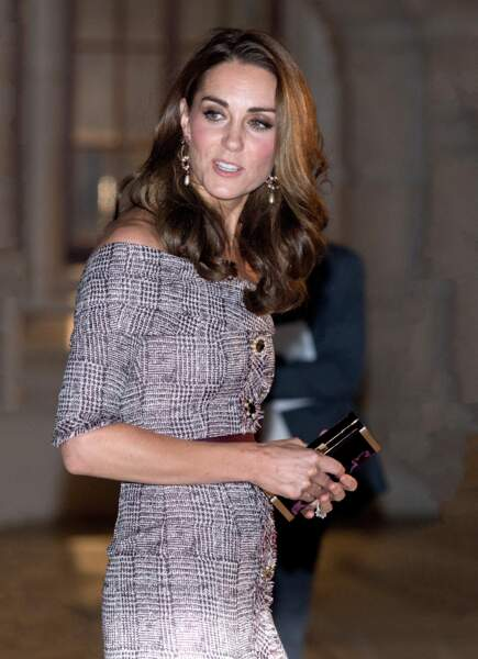 Kate Middleton en robe Erdem et minaudière Jimmy Choo, visite le musée V&A à Londres, le 10 octobre 2018