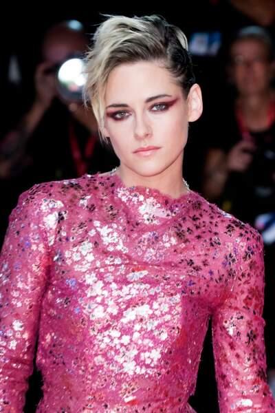 Un trait prune graphique, assortit à sa robe  : une très bonne idée pour Kristen Stewart