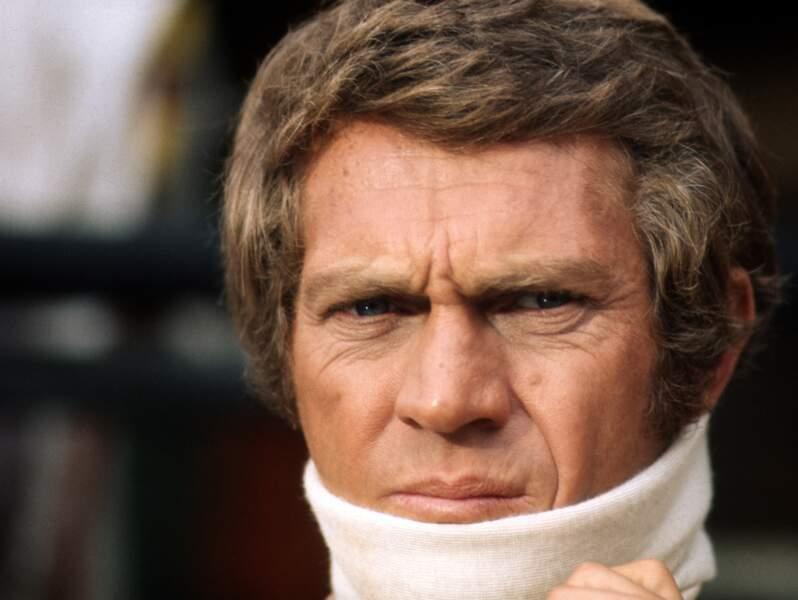 Steve McQueen très concentré avant une scène de course