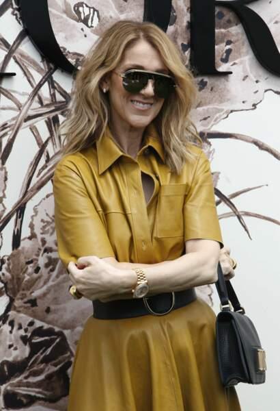 Sous sa robe chemise en cuir couleur moutarde, Céline ne portait visiblement pas de soutien-gorge
