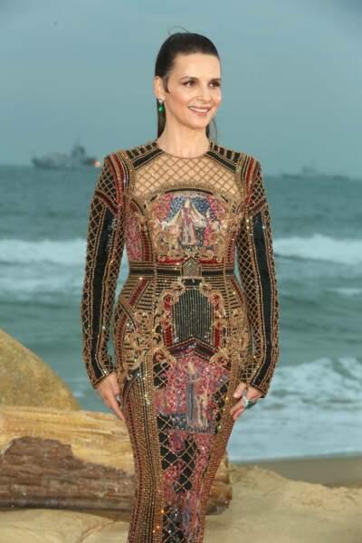 Juliette Binoche fait sensation dans une robe scintillante Balmain et une queue-de-cheval haute
