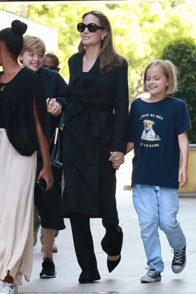 Angelina Jolie main dans la main avec la petite Vivienne