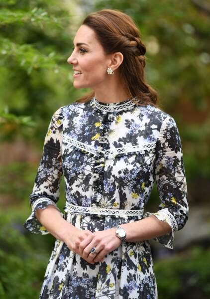 Kate Middleton ravissante avec une demi queue de cheval tressée