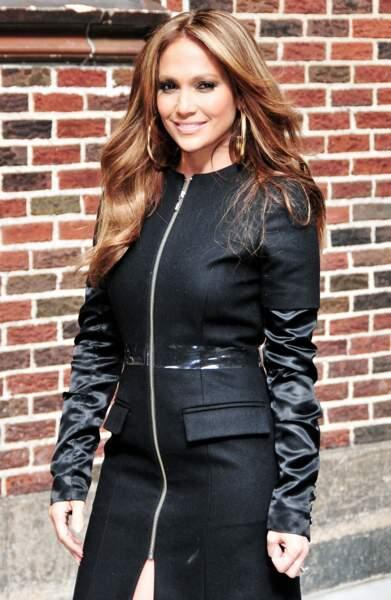Grosses boucles d'oreilles et cheveux au vent, Jennifer Lopez