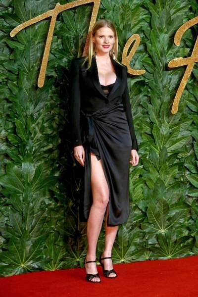 une robe noire décolletée et fendu très sexy comme Lara Stone